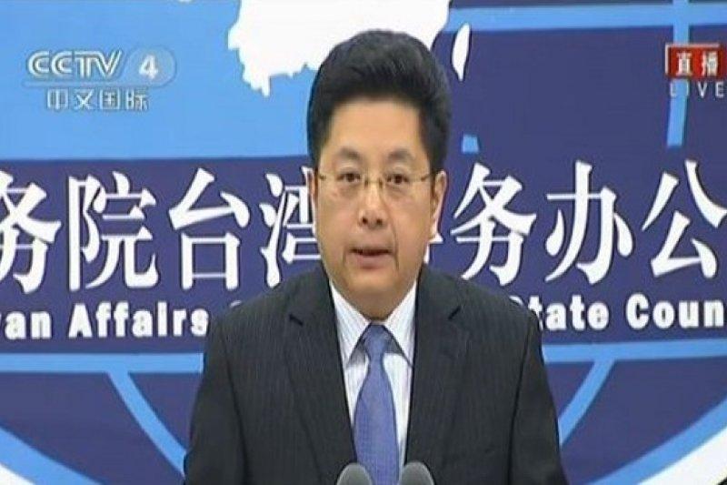 中國國台辦發言人馬曉光14日表示,中國劃設海峽中線西側航路和兩岸商談陸客來台中轉,是「2個沒有聯繫的議題,不應該相互影響」。(擷取自中國台灣網新聞畫面)