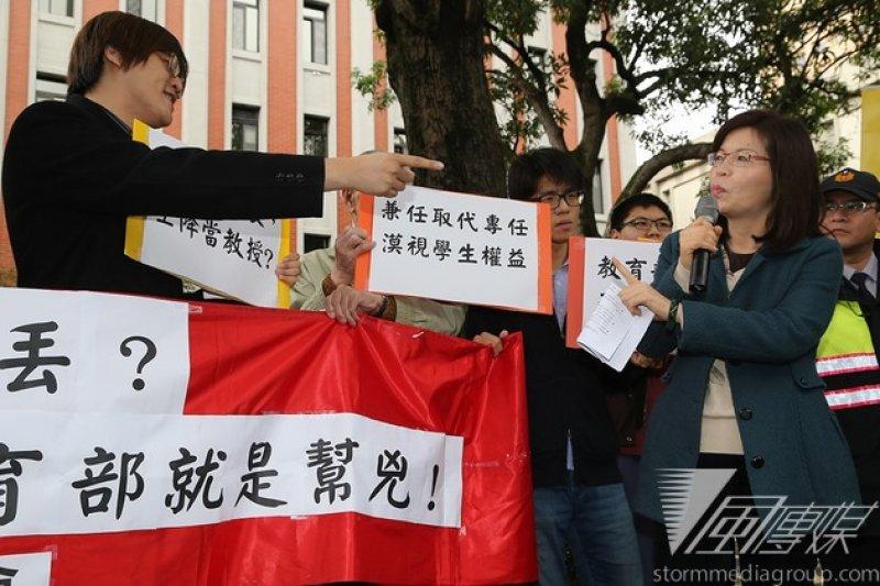 高教工會抗議育達科大胡亂裁員,教育部專員(江秀珠)出面回應。(楊子磊攝)