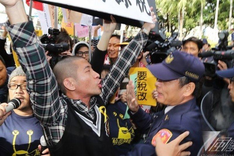 「巢運」16日赴行政院抗議,要求見行政院長毛治國否則將硬闖,場面一度緊張。(楊子磊攝)