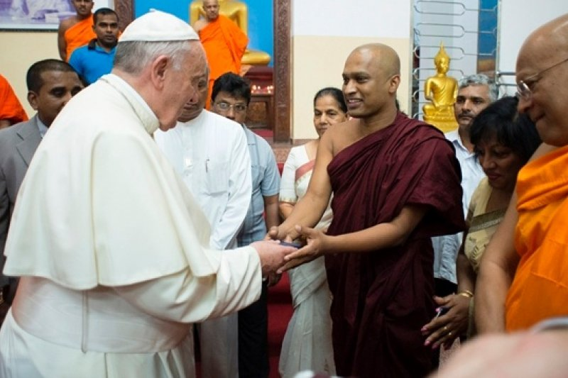 教宗方濟各14日參訪一座佛寺,展現包容胸懷。(美聯社)