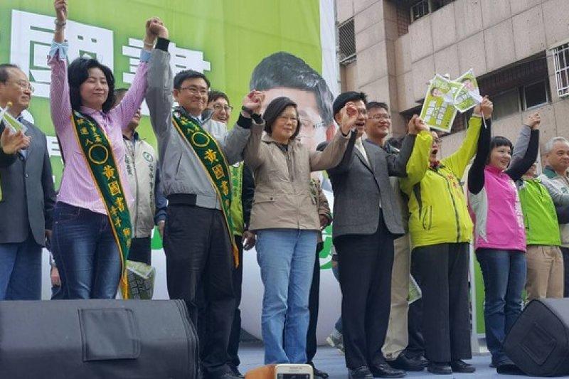 民進黨黨主席蔡英文周末馬不停蹄,到台中為參與補選的黃國書助選。(民進黨中央提供)