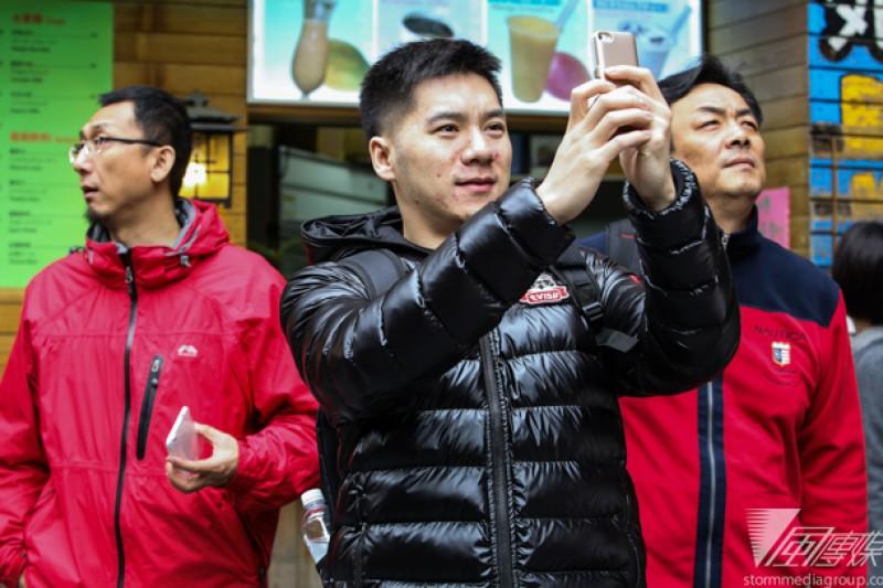 「80後」大陸演員張露(中)受感動,來台排練期間充分感受台灣生活及文化,未來還想來台學戲劇。(林韶安攝)