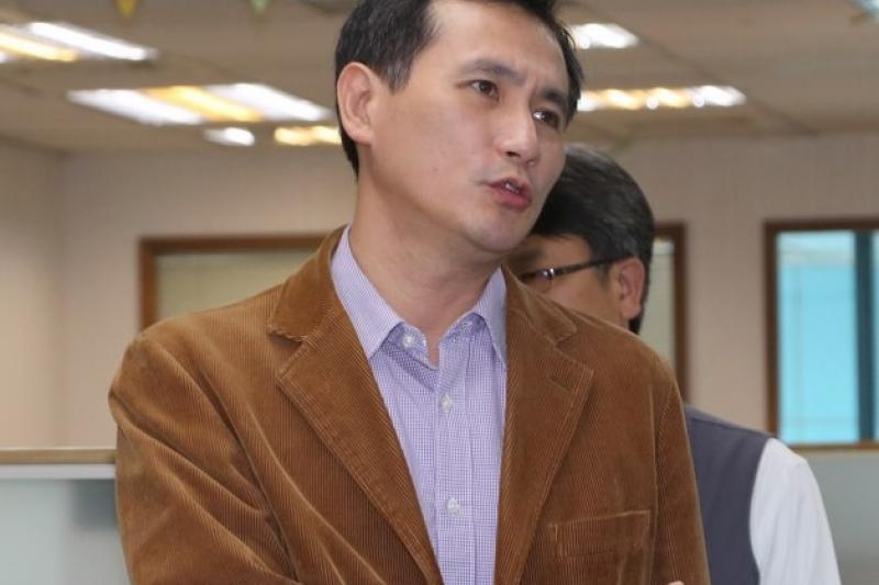 鄭運鵬說,中方片面在臨近台海中線附近劃設新航路,衝擊台灣的飛航安全、國家安全與主權,國人對此難以接受。(余志偉攝)