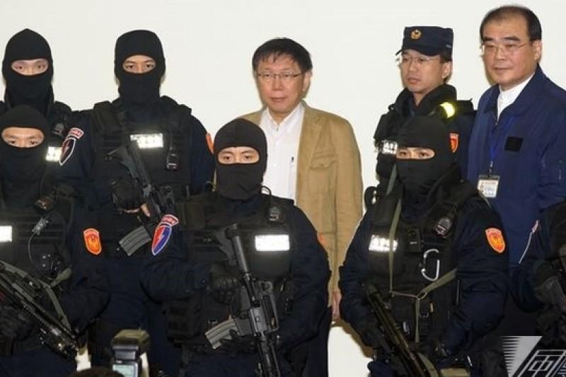 柯文哲25日親赴萬華分局頒發獎金,並與市刑大特勤中隊合影。(蘇仲泓攝)