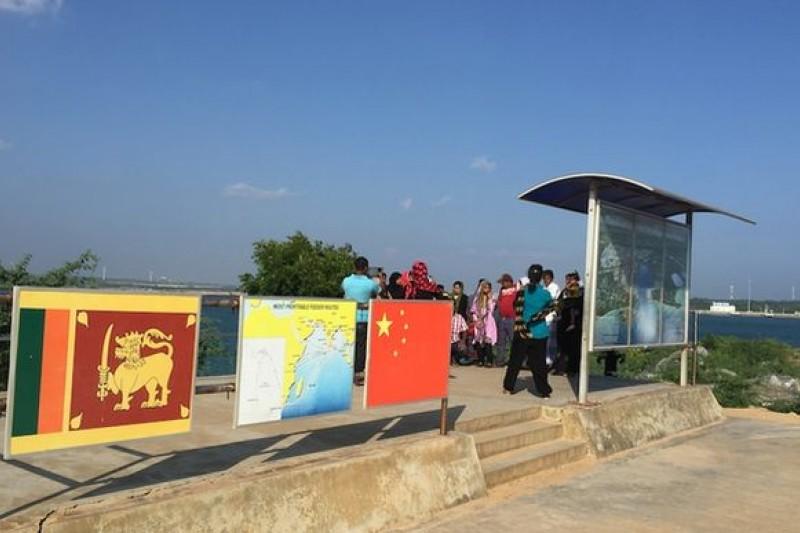 漢班托塔港口旁標示中斯合作的看版。陳牧民攝
