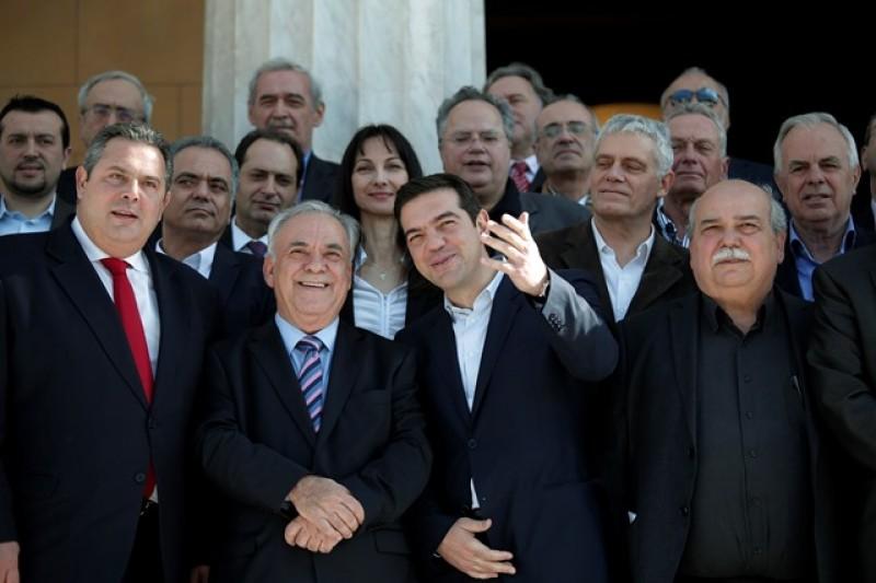 希臘新任總理齊普拉斯(前右二)及政府成員(美聯社)