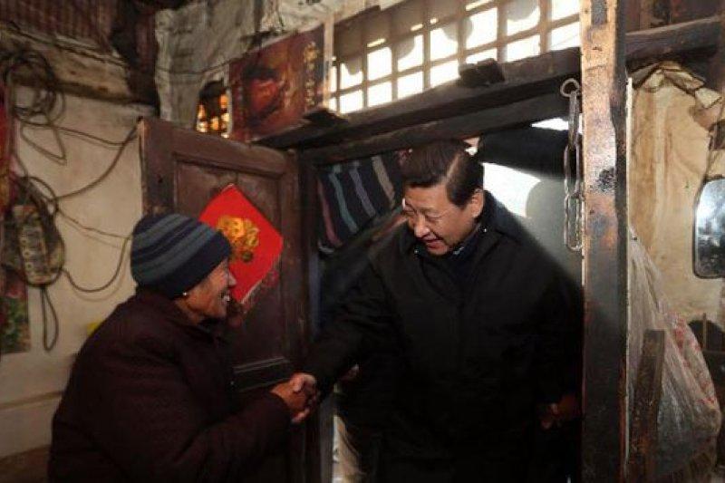 中國國家主席習近平打貪反腐,自己在公眾面前也是提倡儉樸,但官員另有對策。(圖為習近平訪河北/新華網)