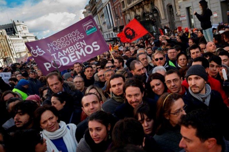 西班牙左翼政黨「我們可以」遊行現場,前微笑者為黨魁伊格萊西亞斯(美聯社)