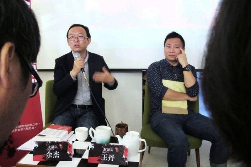 旅美異議作家余杰(左)去年來台,與王丹(右)座談。(取自余杰臉書)