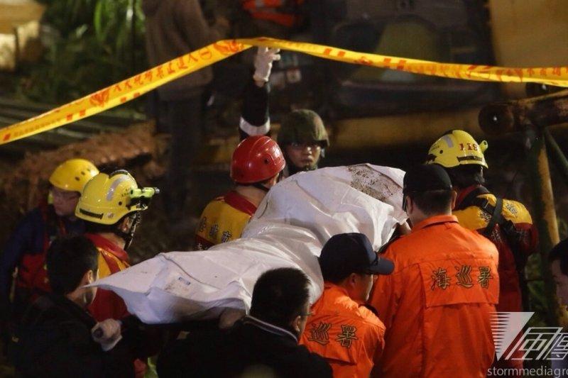 復興航空4日在台北發生空難,歐美等國紛表哀悼。圖為4日晚間救難人員抬出罹難者遺體。(楊子磊攝)