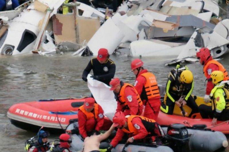 救援人員在失事現場搜救倖存者 (BBC中文網)