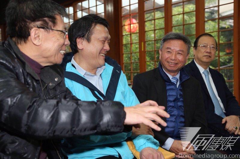 前衛生署長楊志良出書,前立委沈富雄、中研院院士朱敬一到場支持。(楊子磊攝)
