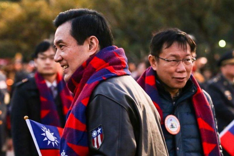 台灣社會的政治參與度極高,但好惡兩極對立,彷彿只剩下「往神裡捧」與「往死裡打」兩種選擇。(馬柯元旦升旗/資料照/林韶安攝)