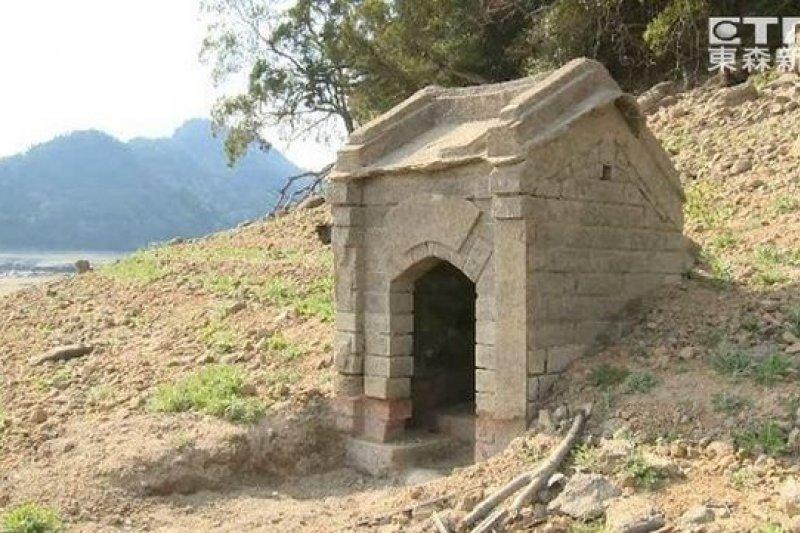 水庫鬧水荒,石門水庫底的土地廟竟重新現身。(取自東森新聞畫面)