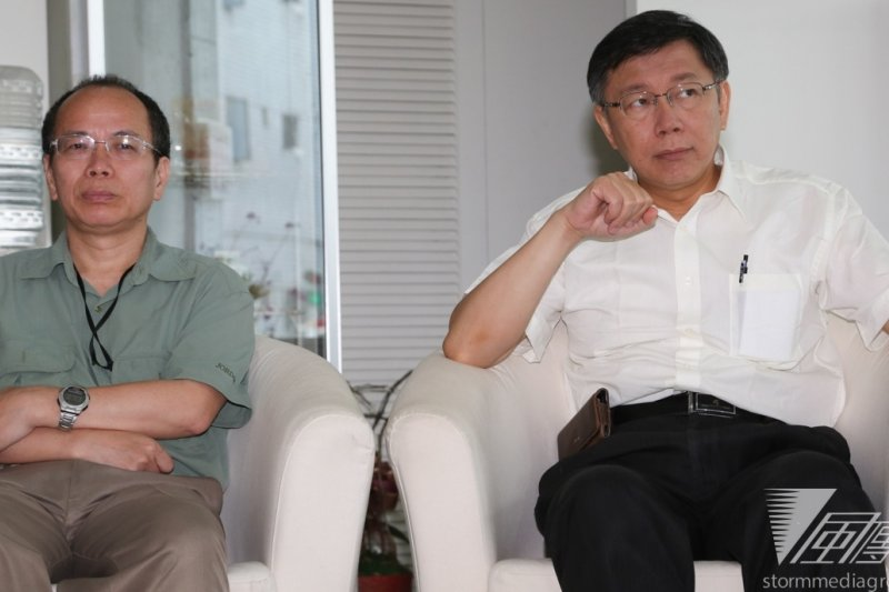 張景森(左)將擔任富邦金控及台北富邦銀行的獨立董事,對此,台北市長柯文哲(右)表示,張景森不會當肥貓。(資料照片,余志偉攝)