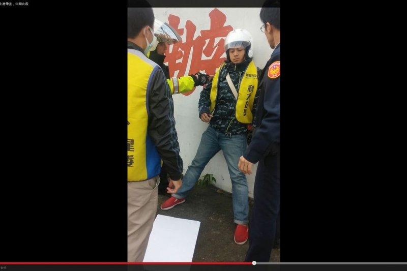 割闌尾志工路口舉牌,遭警方上銬逮捕(取自YouTube)