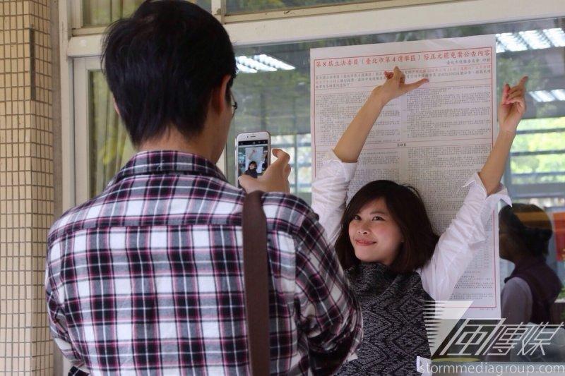 2月14日剛好是情人節,有情侶相約去投票罷免蔡正元。(楊子磊攝)