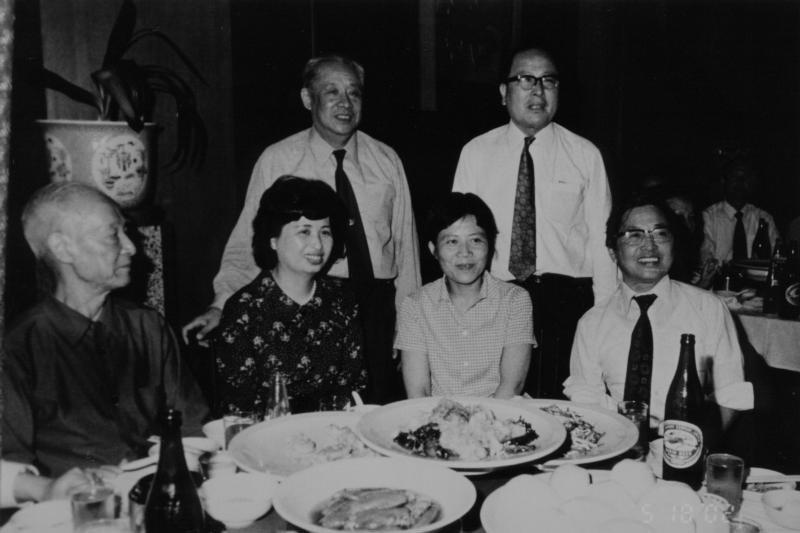 陳舜臣(前排右一)、林麗韞(右二)、林嫂(左二)、李萬之(後排右,時仁神戶中華同文學校校長)、廖承志(後排左),一九七三年於神戶第一樓餐廳。