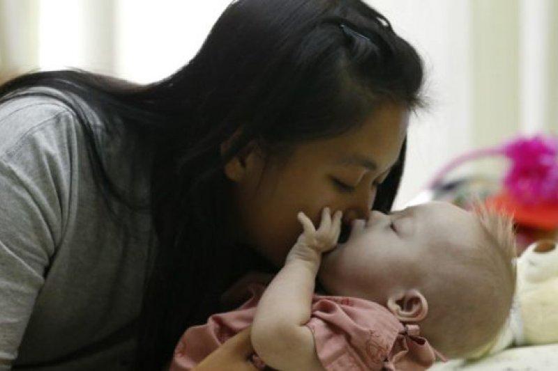 一名泰國代孕母親所生的一名唐氏綜合症的男嬰遭到外國父母的拒領而引發爭議
