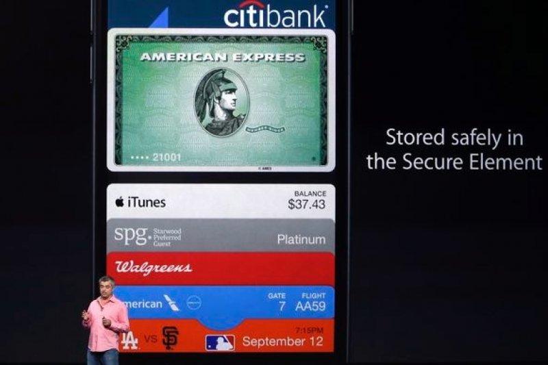 張善政內閣臨去秋波,拍板對Apple Pay附條件開放。圖為蘋果副總裁庫伊在發表會上說明Apple Pay運作方式。(資料照,美聯社)