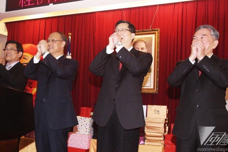 經濟部25日舉行新春團拜,部長鄧振中(左二)表示,美牛雜碎進口與TIFA復談是兩件分開處理的事。(林韶安攝)