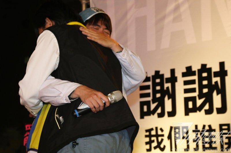 島國前進召集人黃國昌熱情擁抱割闌尾發言人林祖儀。(余志偉攝)