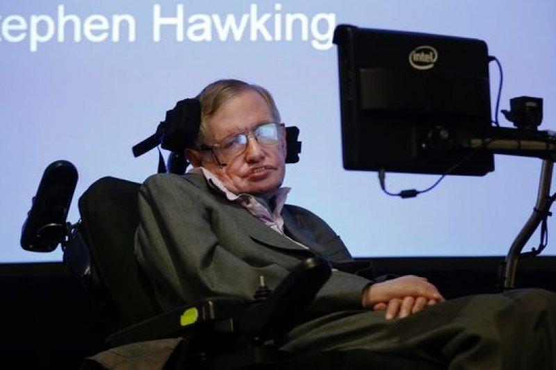 英國物理學大師霍金,是人工智慧的受益者,但也對人工智慧的發展憂心忡忡。(美聯社)
