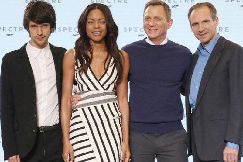 《007惡魔四伏》卡司(左起):班維蕭、娜歐蜜哈瑞絲、丹尼爾克雷格、雷夫范恩斯(美聯社)