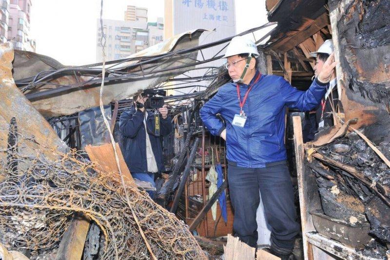 台北市長柯文哲當選後即視察南港火災違建戶,宣示三個月內拆226戶建建,目前北投大同區拆除進度是零。(取自柯文哲臉書)