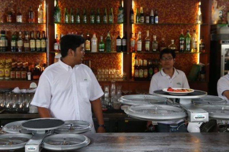 新加坡餐飲服務人力短缺,業者以小型無人機送餐。(取自推特)