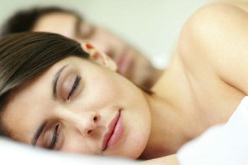 近日發表的研究報告表示,現代人的睡眠時間比遠古祖先們還多。(取自推特)
