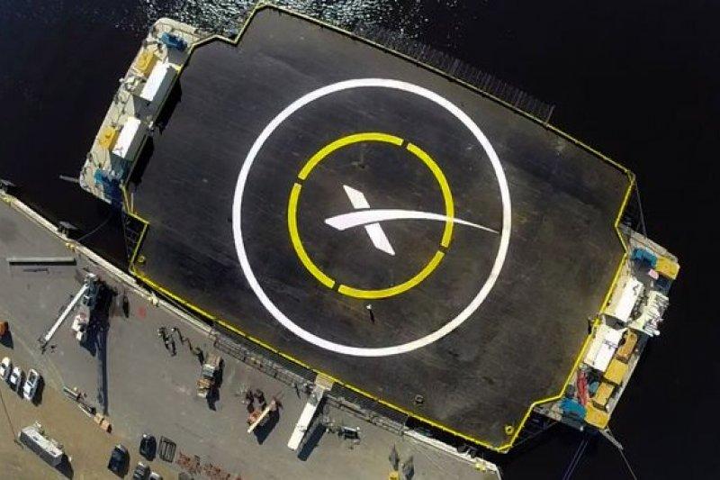 SpaceX用來回收燃料火箭的海洋浮動平台,從高空往下看有如靶心。(取自官網)