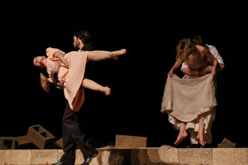 碧娜鮑許於1989年創作的《巴勒摩.巴勒摩》首次來台演出,舞作流轉著對生活、生命的所有體悟。碧娜的舞總是在舞者的肢體裡、舞台的設計上讓觀眾不停地思考。(林韶安攝)