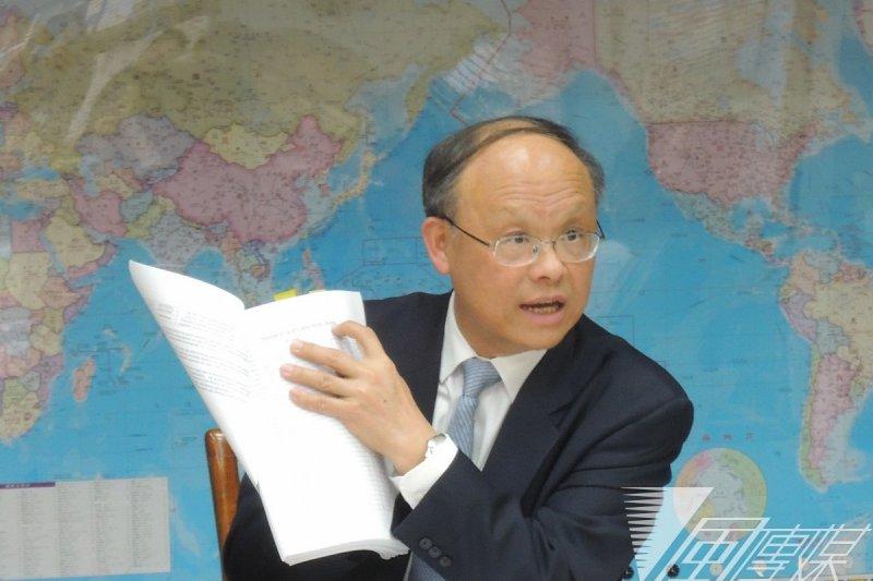 中韓FTA公布後,經濟部被譏為「放羊的孩子」,但實際上深入分析其企圖與影響,恐怕會讓台灣不寒而憟。圖為經濟部長鄧振中記者會談中韓FTA。(資料照片,葉瑜娟攝)