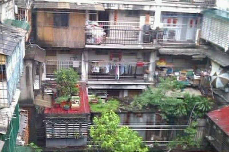 蘭州整宅屋齡已經50年,相當老舊,台北市長柯文哲在查訪後決心推動公辦都更。(取自簡余晏部落格)