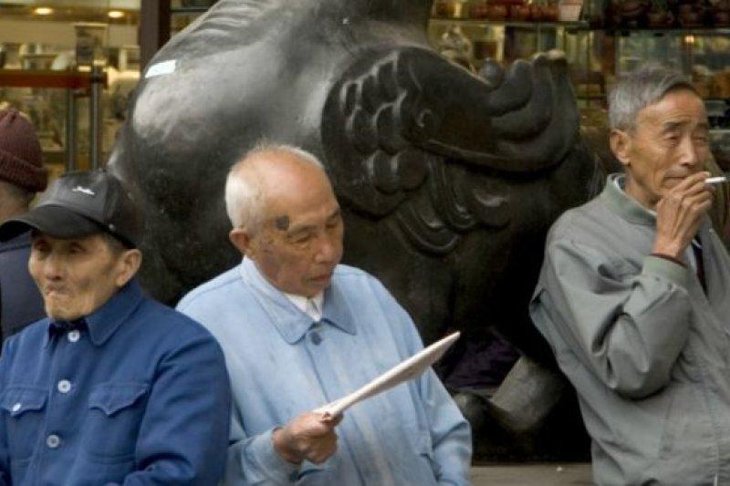 中國平均退休年齡54歲。人口老齡化加速對養老保險制度提出挑戰。