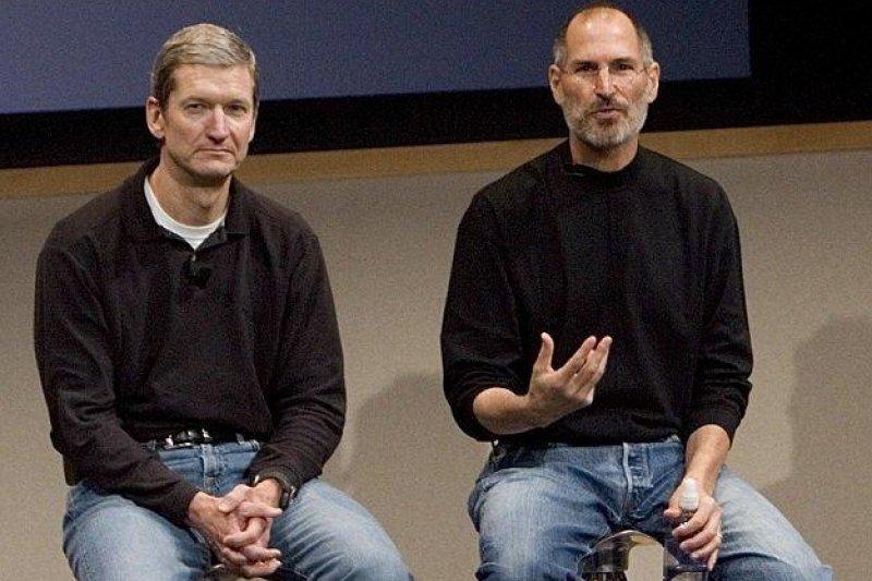 一本賈伯斯(右)的新傳記透露,庫克(左)曾要捐肝臟救賈伯斯。(取自騰訊)