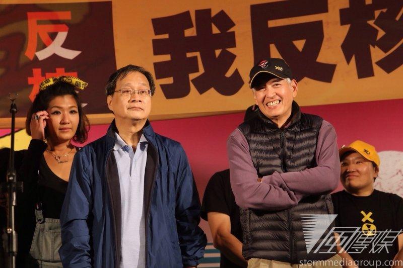 廢核大遊行於凱道上舉行晚會,導演柯一正(左三)、王小棣及作家小野(左二)、郝廣才皆現身現場反核。(楊子磊攝)