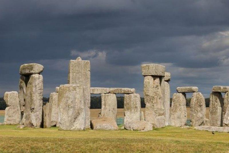 位於英格蘭索爾茲伯里平原上的史前遺跡巨石陣(維基百科)