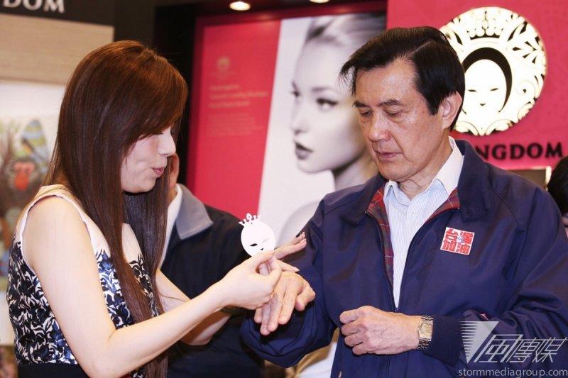 總統馬英九21日訪視美容生技業者,並在手背上敷用,體驗面膜效果。(林韶安攝)