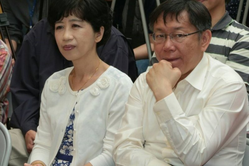 台北市長柯文哲與妻子陳珮琪出席北投社大小田園計劃簽約與市集成果發表。(余志偉攝)