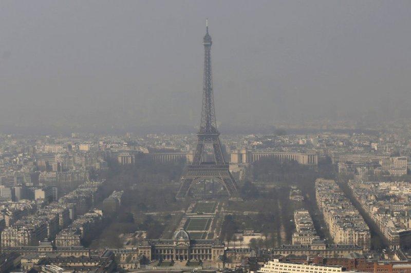 巴黎艾菲爾鐵塔,籠罩在霧霾之中。(美聯社)