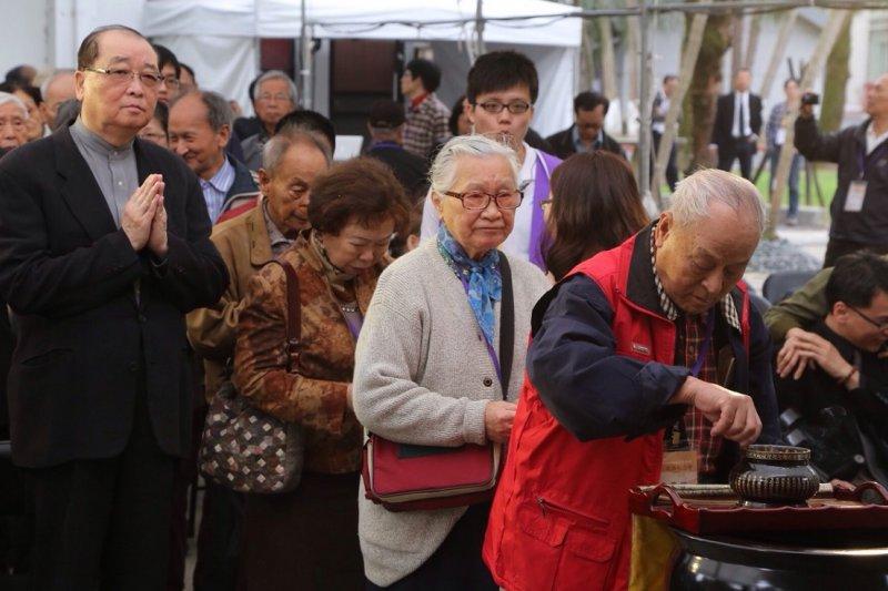 文化部長洪孟啟(左)致詞後,與受難者家屬一起獻花悼念。(楊子磊攝)