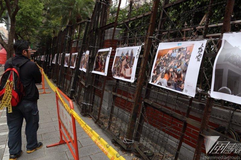 太陽花運動一周年,學運團體黑島青在立法院外辦起攝影展。(楊子磊攝)
