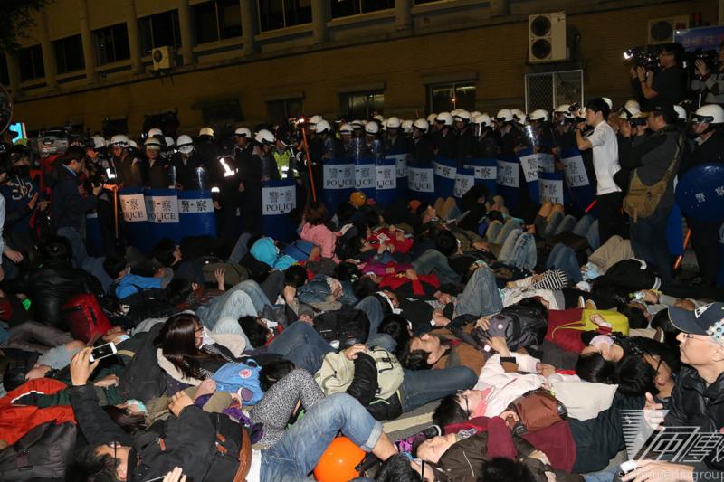太陽花學運佔領行政院一周年,台灣要想想如何自信面對中國的身影,「躺下」絕對不是辦法。(資料照/324佔領行政院/吳逸驊攝)