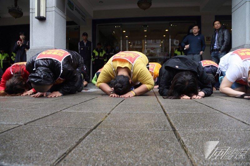 大部分工人要的並非優退方案或者資遣費,而是為捍衛自己的工作權及Hydis所有的專利權,最終以韓國傳統的跪禮向台灣聲援者表達感謝。(楊子磊攝)