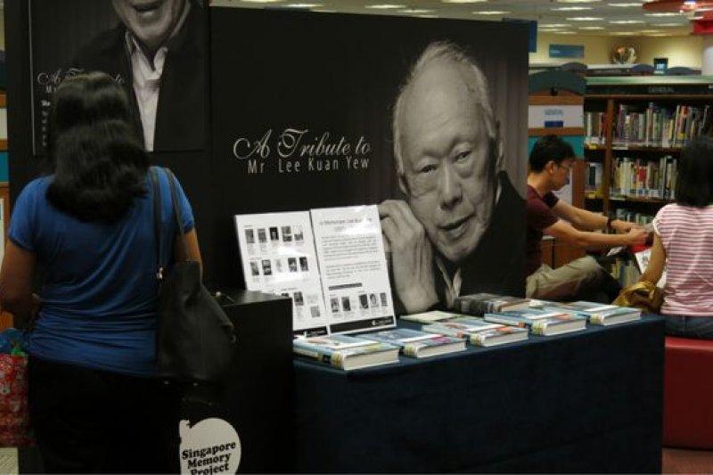 來靜山圖書館悼念李光耀的人不多,但這與後港是反對黨派根據地是否有直接關係不得而知。(BBC中文網圖片)
