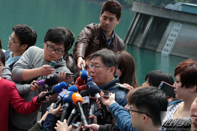 台北市長柯文哲今(28)日上午視察翡翠水庫時表示,北市水價相對其他縣市便宜,考慮明年調高水價。(余志偉攝)