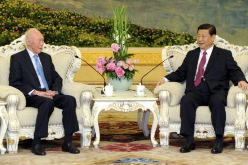 2011年,時任國家副主席的習近平(右)曾在北京與李光耀會面