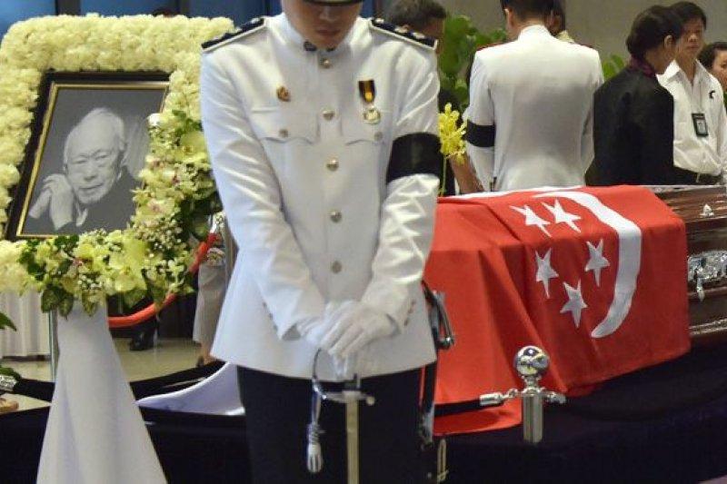 按照計畫,公眾瞻仰將於星期六20時(格林尼治標凖時間12時)結束,以凖備星期天的國葬儀式